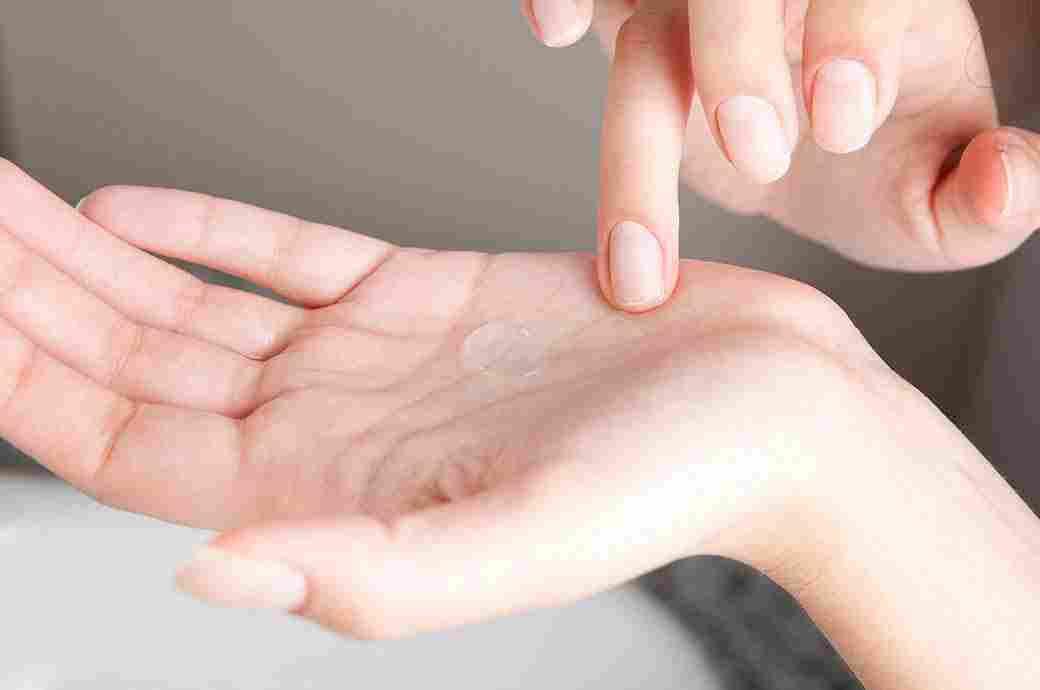 En hand som håller en kontaktlins
