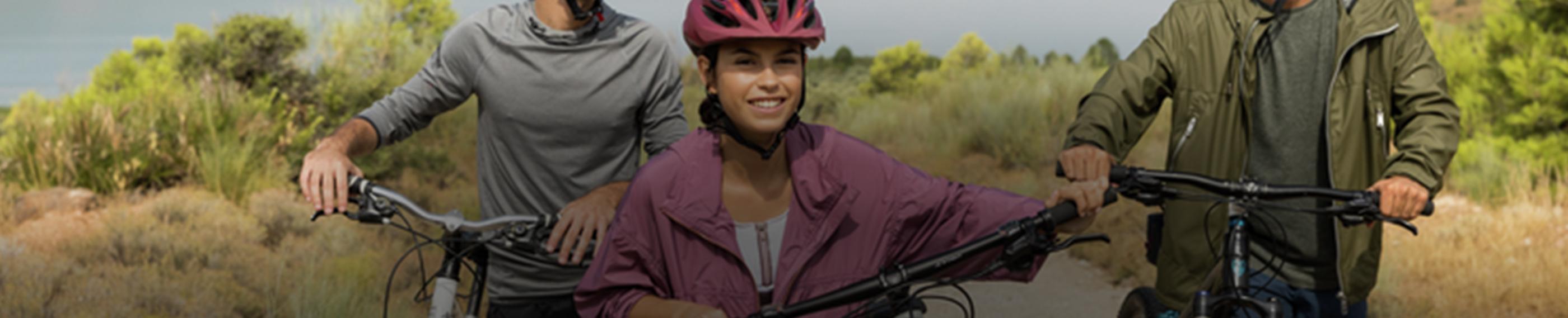 Ungdomar som cyklar utomhus.