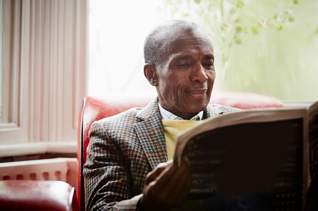 Bild av en mogen man som läser nyheterna