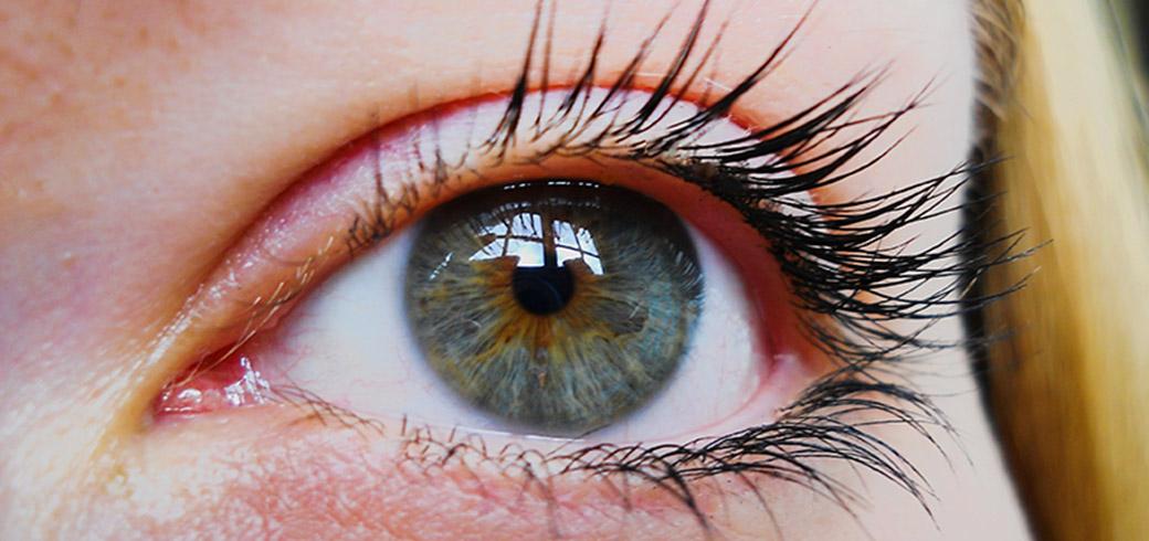 Närbild av en kvinnas öga