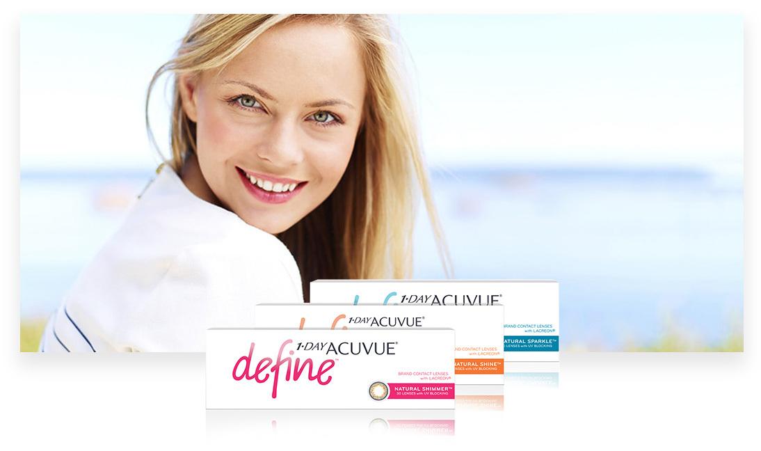 En leende kvinna med ACUVUE® produkter i förgrunden