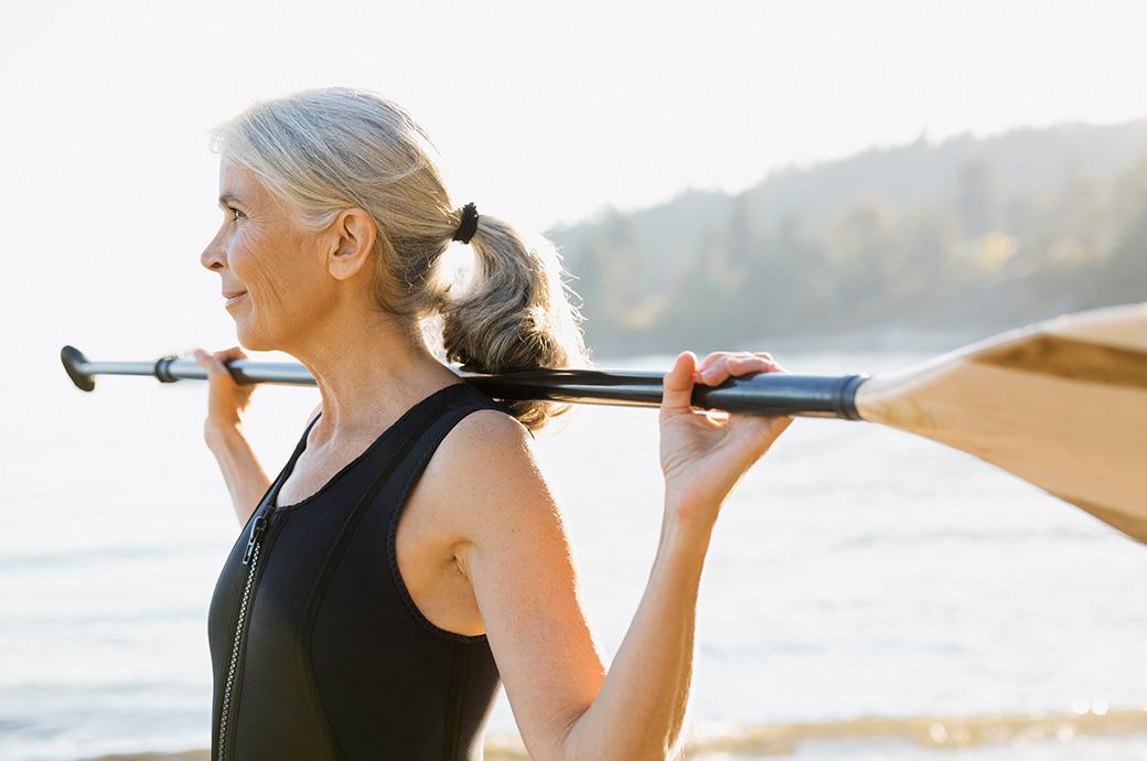 Bild av en mogen kvinna utomhus med en paddel