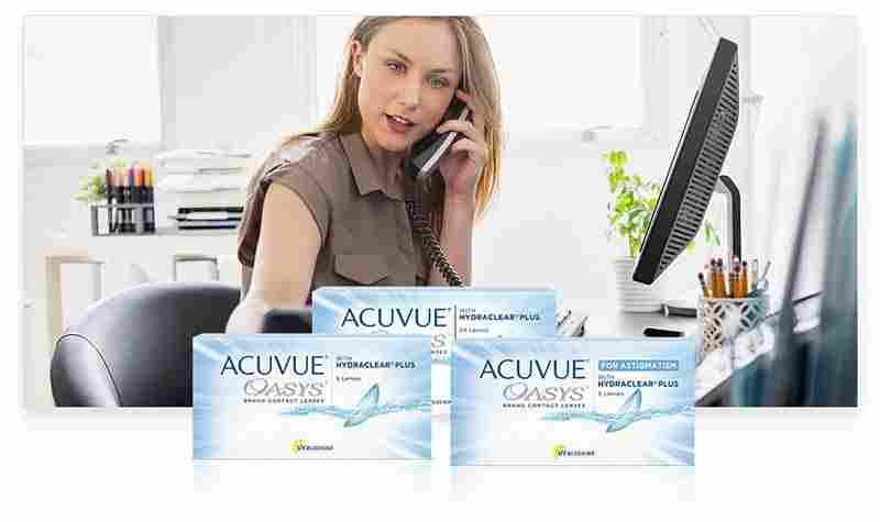En kvinna talar i telefon på ett kontor med ACUVUE® produkter i förgrunden