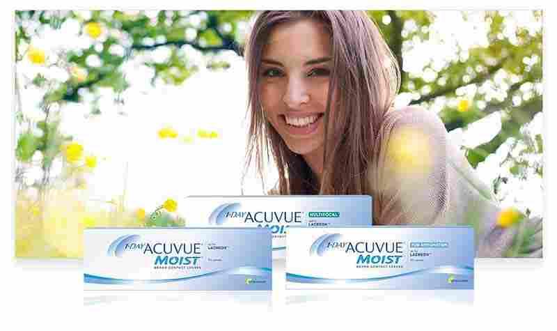 En ung kvinna som ligger i gräset med ACUVUE® produkter i förgrunden